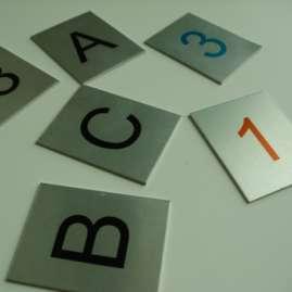 Tabliczka z napisem, tabliczki z napisami